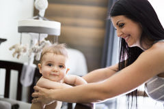 Sira de mãe a pôr o bebê para dormir na ucha imagem de stock royalty free