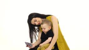 Sira de mãe a posses seu filho em seu regaço e treine-o Fundo branco filme