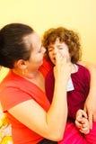Sira de mãe usando o pulverizador para curar-se fotos de stock royalty free