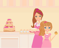 Sira de mãe a ajudar sua filha que cozinha na cozinha Foto de Stock
