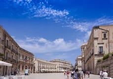 """Siracusa, †della Sicilia """"12 agosto 2018: Turisti che visitano il duomo quadrato famoso sull'isola di Ortygia fotografia stock libera da diritti"""