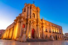 Siracusa, Сицилия, Италия: Взгляд ночи собора Сиракузы, Duomo di Siracusa или della Nativ стоковые фото