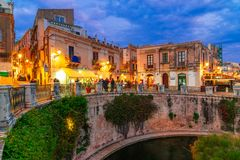 Siracusa, het eiland van Sicilië, Italië: Nachtmening van de Fontein van Arethusa, Ortigia, Syracuse stock afbeeldingen