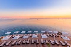 SIRACUSA, ITÁLIA - por do sol na frente do mar Imagens de Stock