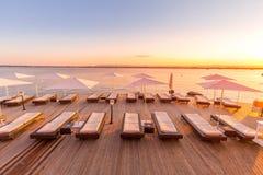 SIRACUSA, ITÁLIA - por do sol na frente do mar Fotografia de Stock