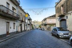 Siracusa, Italia, 08/27/2016: Una via in Sicilia con le vecchie case nello stile italiano contro un cielo blu fotografia stock libera da diritti