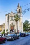 Siracusa, Italia, 08/27/2016: Una via in Sicilia con le vecchie case nello stile italiano contro un cielo blu fotografie stock libere da diritti