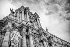 Siracusa Italien - forntida katolsk kyrka i Syracuse, Sicilien Det sällsynta exemplet av en grekisk dorisk tempel återanvände arkivbild