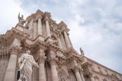 Siracusa Italien - forntida katolsk kyrka i Syracuse, Sicilien Det sällsynta exemplet av en grekisk dorisk tempel återanvände arkivfoton