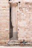 Siracusa Italien - Juli 25, 2011 - forntida katolsk kyrka i Syracuse, Sicilien Det sällsynta exemplet av en grekisk dorisk tempel fotografering för bildbyråer
