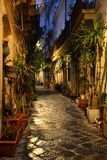 Siracusa Sicilien, Italien Nattsikt av en smal centrumgränd royaltyfri foto