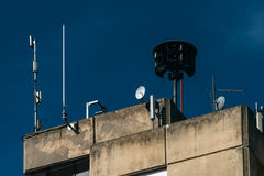 Sirena de la defensa civil encima de la construcción de viviendas Foto de archivo