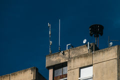 Sirena de la defensa civil encima de la construcción de viviendas Foto de archivo libre de regalías