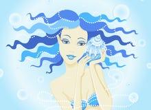 sirena de la muchacha y una concha de berberecho Imagen de archivo