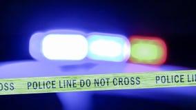 Sirena Defocused del coche policía con la cinta del límite imagen de archivo libre de regalías