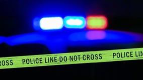 Sirena Defocused del coche policía con la cinta del límite foto de archivo