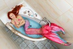 Sirena en baño fotos de archivo