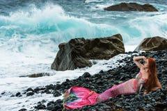 Sirena hermosa en orilla de mar imagen de archivo