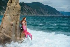 Sirena hermosa en orilla de mar fotos de archivo
