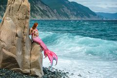 Sirena hermosa en orilla de mar fotografía de archivo