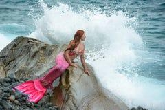 Sirena hermosa en orilla de mar imagen de archivo libre de regalías
