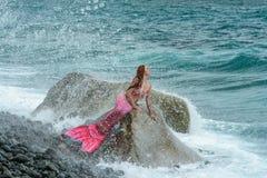 Sirena hermosa en orilla de mar fotografía de archivo libre de regalías