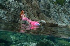 Sirena hermosa en orilla de mar foto de archivo