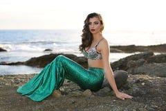 Sirena por la playa imagen de archivo