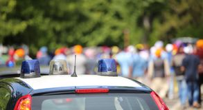 Sirenas que destellan de los coches policía en la ciudad Imagen de archivo libre de regalías