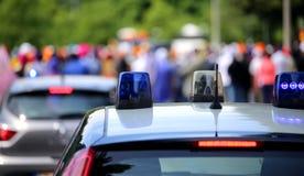 Sirenas que destellan de los coches policía en la ciudad Foto de archivo libre de regalías