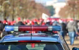 Sirene blu e rosse sul volante della polizia nel parco pubblico durante Immagini Stock Libere da Diritti