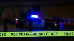Sirene do carro de polícia com a fita do limite, Defocused fotos de stock