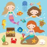 Sirene sotto il mare con i pesci, meduse, ippocampo, granchio, stella marina, forziere illustrazione di stock