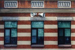Sirenenlautsprecher auf der Wand eines Hauses in der Stadt stockfoto