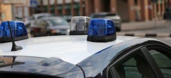Sirenes azuis do carro de polícia durante um ponto de verificação do controle no cit Fotos de Stock