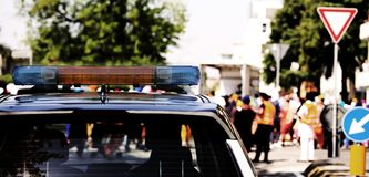 Sirenes de um carro de polícia com durante uma demonstração w Fotos de Stock