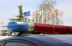 Sirenes van een politiewagen met Europese en Italiaanse vlaggen op backgr Royalty-vrije Stock Foto