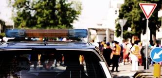 Sirenes van een politiewagen met tijdens een demonstratie w Stock Foto's