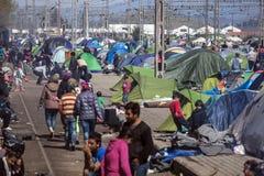 Sirian flyktingar som blockeras i Idomeni Arkivfoto