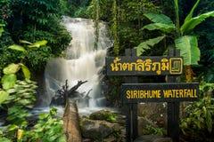 Siribhume vattenfall i kunglig personträdgården Siribhume Arkivfoton