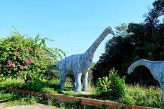 Sirindhornae do Phuwiangosaurus, estátua do dinossauro no kwan-phayao do lago Phayao do ponto de vista, Tailândia Fotografia de Stock