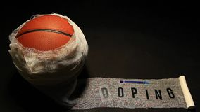 Siringa della fasciatura di pallacanestro che vernicia il fondo scuro del testo nessuno stock footage