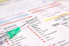 Siringa e documento di analisi Immagini Stock Libere da Diritti