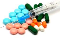 Siringa e pillola Immagini Stock