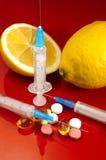 Siringa ipodermica Siringhe con gli aghi blu su un fondo rosso Iniettori medici Fotografia Stock