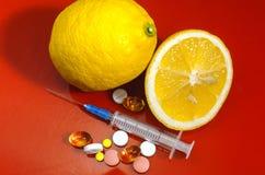 Siringa ipodermica Siringhe con gli aghi blu su un fondo rosso Iniettori medici Fotografie Stock Libere da Diritti
