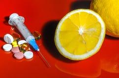 Siringa ipodermica Siringhe con gli aghi blu su un fondo rosso Iniettori medici Immagini Stock Libere da Diritti