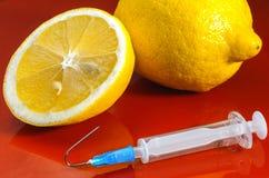 Siringa ipodermica Siringhe con gli aghi blu su un fondo rosso Iniettori medici Fotografie Stock
