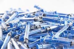 Siringhe di plastica blu fotografia stock libera da diritti