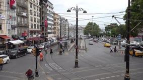 Sirkecidistrict met tramspoor, auto en menselijk verkeer in Istanboel, Turkije stock videobeelden